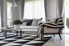 Sala de estar con las almohadas comprobadas blancos y negros del modelo Imágenes de archivo libres de regalías