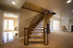 Sala de estar con las escaleras que suben Imagen de archivo libre de regalías