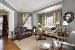 Sala de estar con las paredes grises Imagen de archivo libre de regalías