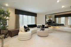 Sala de estar con las paredes reflejadas Imagen de archivo libre de regalías