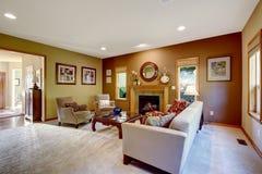Sala de estar con las paredes y la chimenea del contraste Foto de archivo