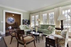 Sala de estar con las puertas a la cubierta Imagen de archivo libre de regalías