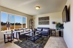 Sala de estar con los sofás ligeros de la lavanda Foto de archivo libre de regalías