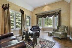 Sala de estar con los suelos de madera dura Foto de archivo libre de regalías