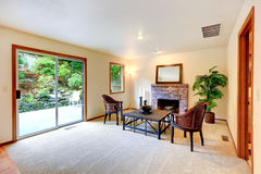 Sala de estar con sala de estar por la chimenea Fotos de archivo