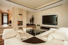Sala de estar con una chimenea Imágenes de archivo libres de regalías