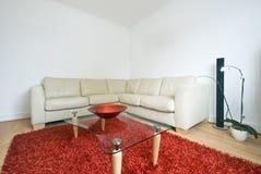 Sala de estar contemporánea con el sofá de cuero grande Imagenes de archivo