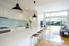 Sala de estar contemporánea de la cocina Foto de archivo libre de regalías