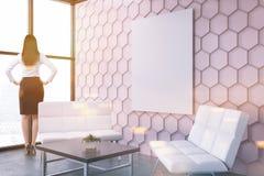 Sala de estar cor-de-rosa do escritório do favo de mel, menina lateral do vew do cartaz Fotografia de Stock Royalty Free
