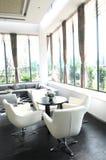 A sala de estar da companhia com as cadeiras de couro brancas Fotos de Stock