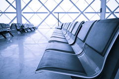 Sala de estar de espera do terminal de aeroporto imagens de stock royalty free