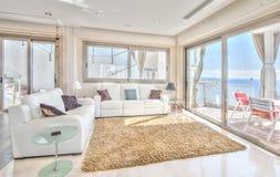 Sala de estar de Exlusive en el chalet moderno Foto de archivo libre de regalías