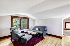 Sala de estar de la comodidad con la ventana Foto de archivo