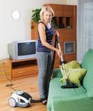 Sala de estar de la limpieza de la mujer Foto de archivo libre de regalías