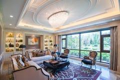 Sala de estar de la mansión con las ventanas grandes Imagenes de archivo