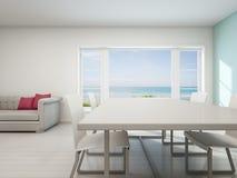 Sala de estar de la opinión del mar, casa de playa con el interior blanco del vintage Fotografía de archivo