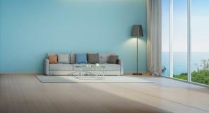 Sala de estar de la opinión del mar con la pared azul en casa de playa Fotos de archivo libres de regalías