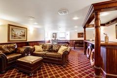 Sala de estar de lujo con la barra y el sistema de cuero rico de los muebles Foto de archivo libre de regalías