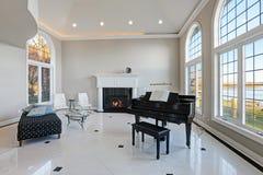 Sala de estar de lujo del alto techo con el piso de mármol Foto de archivo libre de regalías