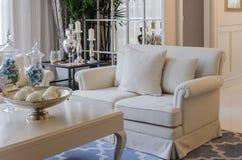 Sala de estar de Luxuty con el sofá beige Imágenes de archivo libres de regalías