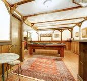Sala de estar de madera rústica. Bar y mesa de billar Foto de archivo