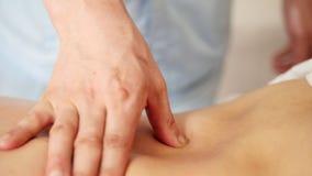 Sala de estar de massagem Close-up masculino da mão vídeos de arquivo