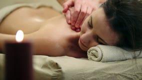 Sala de estar de massagem - a moça obtém a terapia cura de relaxamento para a parte traseira video estoque