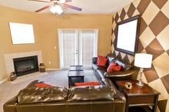Sala de estar del apartamento de MModern con las imágenes en blanco Foto de archivo libre de regalías