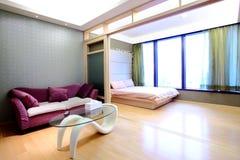 Sala de estar del apartamento y sitio de la cama Foto de archivo
