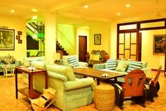 Sala de estar del centro turístico del VIP de la residencia privada en Negros Oriental, Filipinas Imagen de archivo
