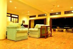 Sala de estar del centro turístico del VIP de la residencia privada en Negros Oriental, Filipinas Imagen de archivo libre de regalías