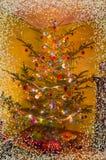 Sala de estar del día de fiesta con el árbol de navidad, regalos y una chimenea Tarjeta de Navidad Imagenes de archivo