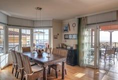 Sala de estar del estilo rural con la opinión del mar Imagen de archivo