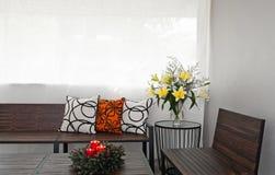 Sala de estar do pátio com banco de madeira Foto de Stock Royalty Free