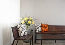 Sala de estar do pátio com banco de madeira Imagens de Stock