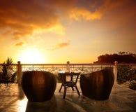 Sala de estar do terraço com poltronas do rattan e seaview em um luxo res Fotos de Stock Royalty Free