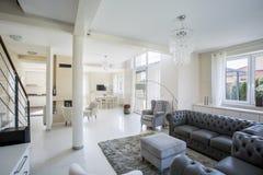 Sala de estar elegante en un apartamento brillante imagenes de archivo