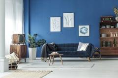 Sala de estar en el apartamento foto de archivo libre de regalías