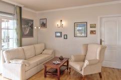 Sala de estar en el chalet Fotos de archivo libres de regalías