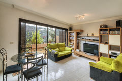 Sala de estar en el chalet moderno Foto de archivo libre de regalías