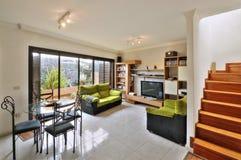 Sala de estar en el chalet moderno Imagenes de archivo