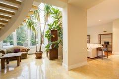 Sala de estar en la mansión lujosa fotos de archivo