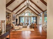 Sala de estar en nuevo hogar de lujo imagen de archivo