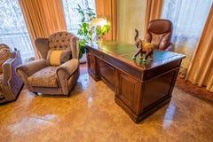 Sala de estar en nuevo hogar lujoso Fotografía de archivo libre de regalías