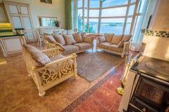 Sala de estar en nuevo hogar lujoso Fotos de archivo libres de regalías