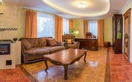 Sala de estar en nuevo hogar lujoso Fotos de archivo
