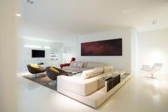 Sala de estar en residencia pura Imagen de archivo libre de regalías