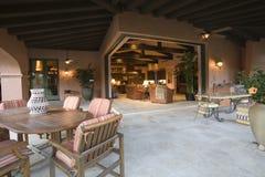 Sala de estar en sitio al aire libre en casa Imágenes de archivo libres de regalías
