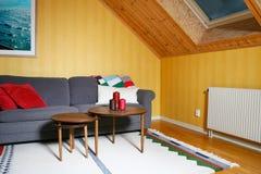 Sala de estar en una historia de la buhardilla Fotos de archivo libres de regalías