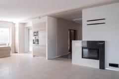 Sala de estar espaçoso com chaminé Imagem de Stock Royalty Free